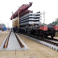 Ремонтный поезд укладывает жд полотно