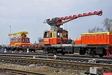 Ремонтный поезд жёлто-оранжевого цвета