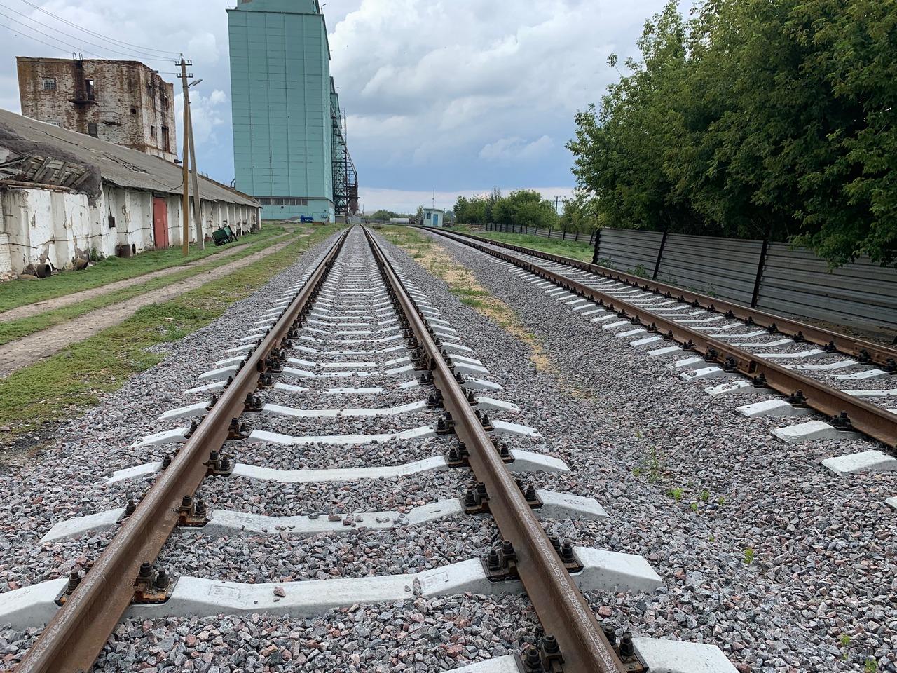 Два железнодорожных пути, слева производственные постройки