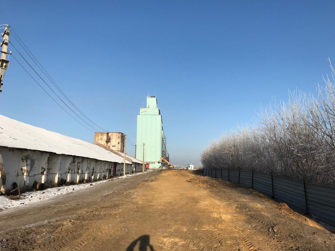 Ровная дорога, слева производственные сооружения