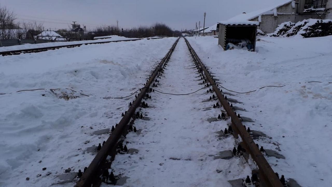 Жд путь в зимнее время, провод лежит на рельсах