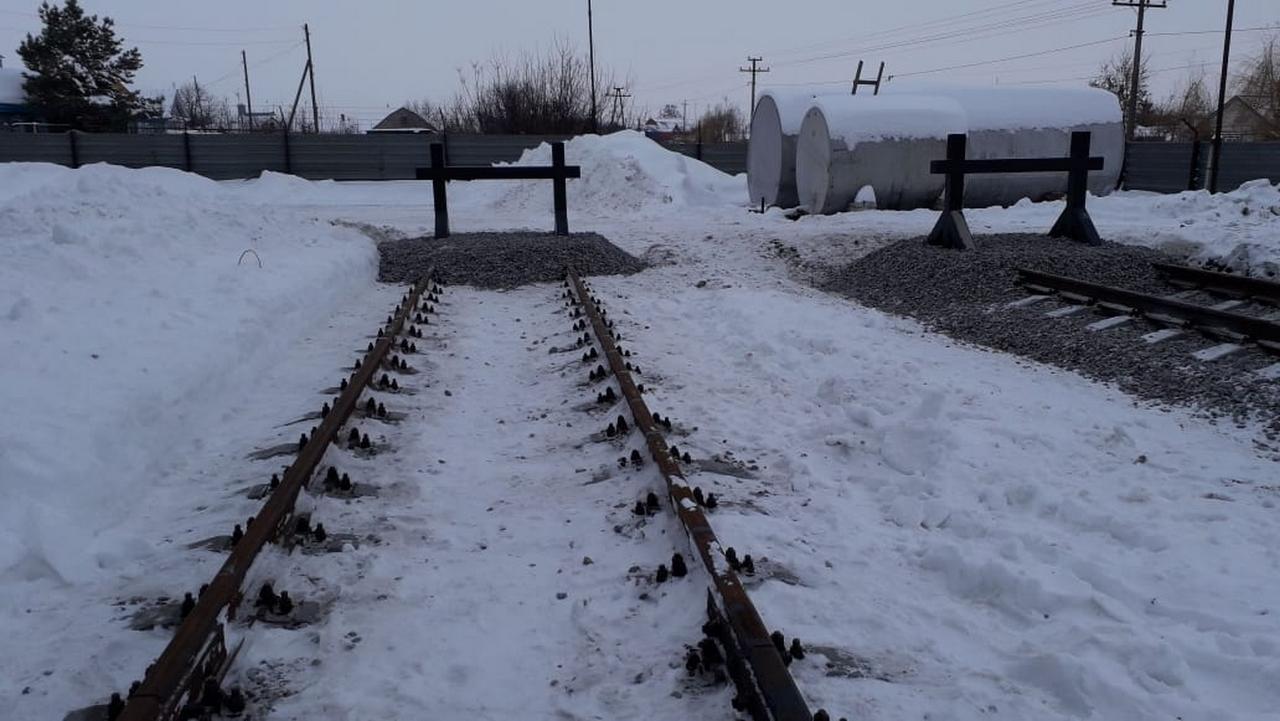 Железнодорожный путь с тупиком в снегу