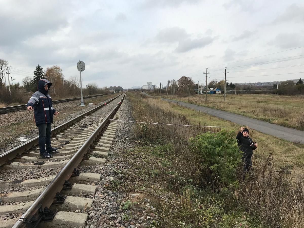 Железнодорожный путь, два рабочих