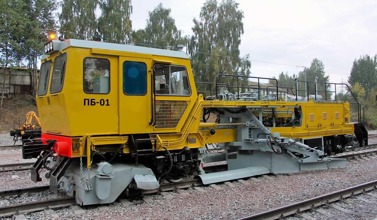 Балластер ПБ-01 жёлтого цвета на жд путях