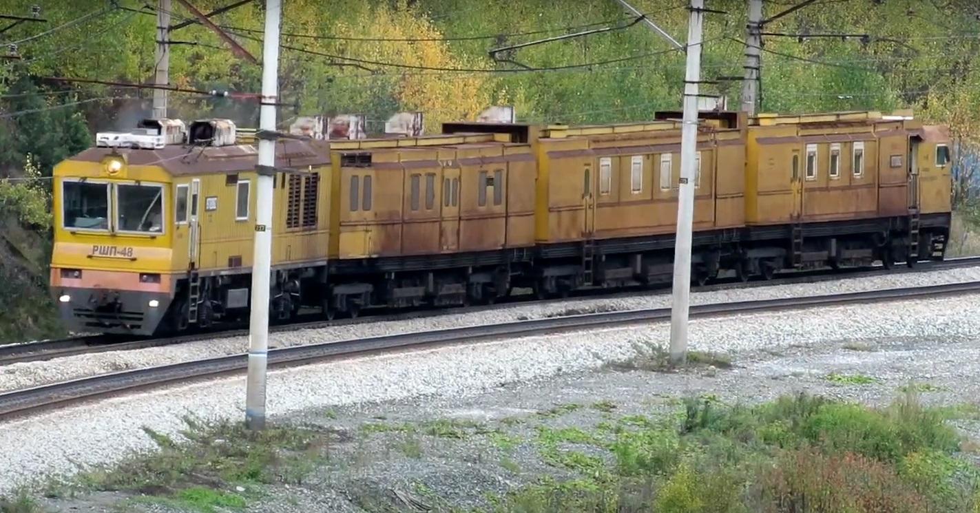 Рельсошлифовальный поезд РШП-48 едет по жд путям
