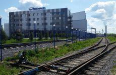 Железнодорожные пути рядом со зданиями