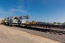 Ремонтный поезд укладывает железнодорожное полотно